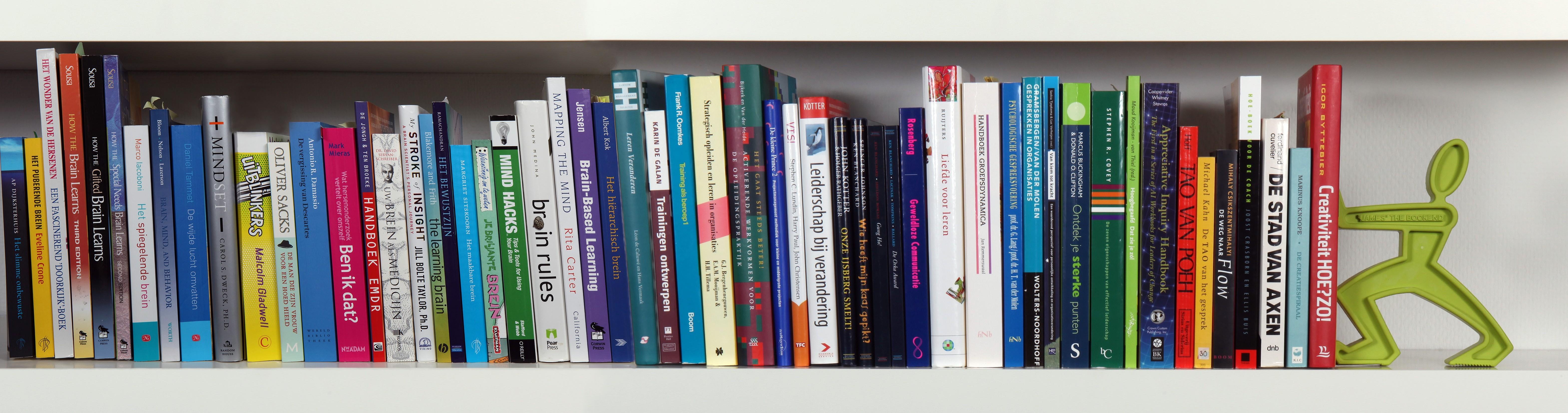 Boekenplank Met Boeken.Door Lezen Wijzer Door Zien Wijzer